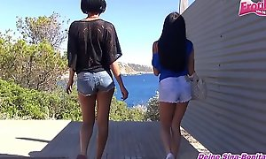 2 Deutsche Teens ficken sich Outdoor mit strapon auf Mallorca